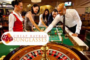 Orang-orang bermain di dalam casino